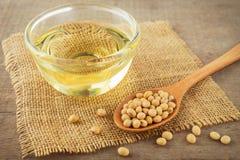 Habas y aceite de la soja en el saco Fotografía de archivo libre de regalías