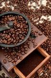 Habas y amoladora de Coffe Foto de archivo libre de regalías