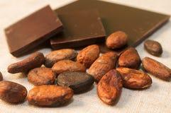 Habas y barras del chocolate Imágenes de archivo libres de regalías