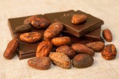 Habas y barras del chocolate Imagenes de archivo