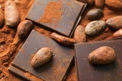 Habas y barras del chocolate Fotos de archivo libres de regalías