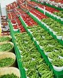 Habas y fresa en el mercado Imagen de archivo