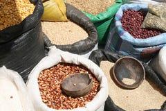 Habas y maíz en el mercado de Otavalo Foto de archivo libre de regalías