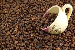 Habas y taza de Coffe fotos de archivo