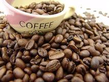 Habas y taza de Coffe imagen de archivo