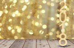 Haben hölzerner Text zwei tausend achtzehn auf Bretterboden und Gold Stockbilder