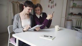 Haben junge Frau zwei Spaßfreizeit und mit elektronische Geräte für Kommunikation stock footage