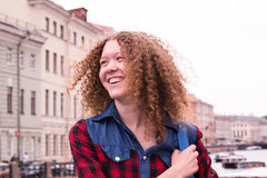 Haben Sie den Spaß, der junges Mädchen mit dem gelockten Haar lacht Lizenzfreies Stockbild