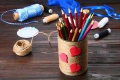 Haben Sie für Bleistifte mit den Herzen ein Bankkonto, die mit Schnur auf einem hölzernen Vorsprung eingewickelt werden Stockbild
