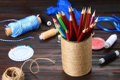 Haben Sie für Bleistifte mit den Herzen ein Bankkonto, die mit Schnur auf einem hölzernen Vorsprung eingewickelt werden Stockfotografie