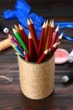 Haben Sie für Bleistifte mit den Herzen ein Bankkonto, die mit Schnur auf einem hölzernen Vorsprung eingewickelt werden Lizenzfreie Stockbilder