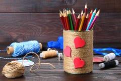 Haben Sie für Bleistifte mit den Herzen ein Bankkonto, die mit Schnur auf einem hölzernen Vorsprung eingewickelt werden Lizenzfreies Stockbild
