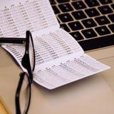Haben Sie keycard auf Tabelle mit Gläsern und Laptop ein Bankkonto Lizenzfreies Stockbild