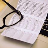 Haben Sie keycard auf Tabelle mit Gläsern und Laptop ein Bankkonto Lizenzfreie Stockfotografie