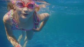 Haben Sie Spaß am Badekurort und im Pool Das Mädchen 6 Jahre alt lernt zu schwimmen, Unterwasservideo stock video