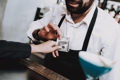 Haben Sie Spaß barman zahlung mädchen cocktails sit lizenzfreies stockfoto