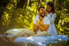 Haben Sie Spaß in der Natur am Morgen Paare in der Liebe stockfoto