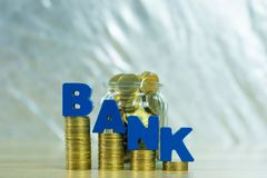 HABEN Sie Text mit Münzgeld im Glasgefäß auf Tabelle, für die Rettung ein Bankkonto Stockfotografie