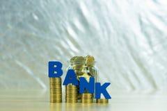 HABEN Sie Text mit Münzgeld im Glasgefäß auf Tabelle, für die Rettung ein Bankkonto Lizenzfreies Stockfoto