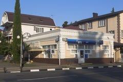 Haben Sie ` VTB 24 ` auf Karl Marx Street in der Regelung von Adler ein Frühsommermorgen ein Bankkonto Stockbild