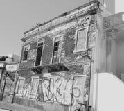 Haber abandonado blanco y negro y funcionamiento abajo del edificio viejo en Portugal fotografía de archivo libre de regalías