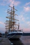 Haber aparejado completamente, cinco masted las podadoras reales en el puerto Varna, Bulgaria en el crepúsculo imagenes de archivo