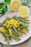 Habichuelas verdes y maíz fotos de archivo