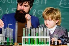 Habilidades cognitivas Experi?ncia da qu?mica Tubos de ensaio da criança do professor Processo cognitivo Desenvolvimento cognitiv fotografia de stock