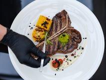 Habilidades da preparação dos alimentos do cozinheiro do trabalho do cozinheiro chefe do restaurante fotografia de stock