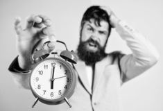 Habilidades de gesti?n de tiempo Cu?nta hora se fue hasta plazo Hora de trabajar Reloj agotador barbudo del control del hombre de fotos de archivo