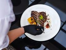 Habilidades de la preparación de comida del cocinero del trabajo del cocinero del restaurante Fotos de archivo libres de regalías