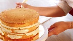 Habilidades del cocinero de pasteles que montan el relleno de la torta de esponja almacen de metraje de vídeo