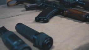 Habilidades del entrenamiento del hombre con cierre del Kalashnikov para arriba almacen de metraje de vídeo