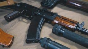Habilidades del entrenamiento del hombre con cierre del Kalashnikov para arriba almacen de video