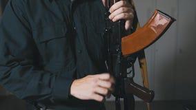 Habilidades del entrenamiento del hombre con el Kalashnikov almacen de metraje de vídeo