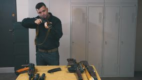 Habilidades del entrenamiento del hombre con el Kalashnikov almacen de video