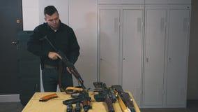 Habilidades del entrenamiento del hombre con el Kalashnikov metrajes