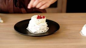 Habilidades do decorador da pastelaria que conduzem geando o bolo extravagante video estoque