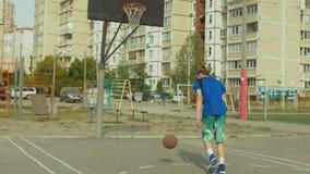 Habilidades practicantes de la dirección de bola del jugador de Streetball almacen de metraje de vídeo