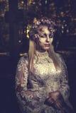 Habillé dans le mariage vêtx la femme romantique de zombi Image stock