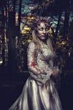 Habillé dans le mariage vêtx la femme romantique de zombi Photos stock