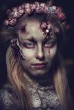 Habillé dans le mariage vêtx la femme romantique de zombi Photographie stock
