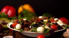 Habillage bruinant de chef sur une salade mixte de gourmet banque de vidéos