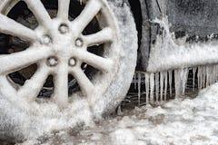 Habillage de glace et glaçons sur une voiture photo stock