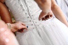 Habillage de la jeune mariée Photographie stock