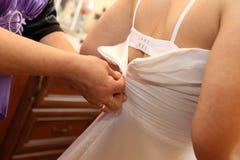 Habillage de la jeune mariée Photo libre de droits