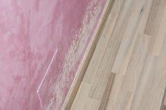 Habillage de moule et d'humidité sur le mur rose photo libre de droits