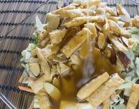 Habillage de versement de plan rapproché sur la salade coupée Photo libre de droits