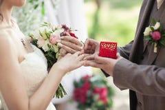 Habillage des anneaux de mariage bras Aucun visages évidents photos libres de droits