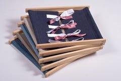 Habillage des cadres : Jouets pratiques de la vie de Montessori Image stock
